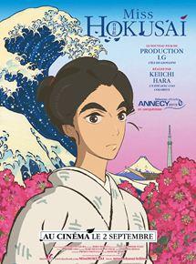 L'affiche dépeint le visage d'Oei Hokusai en avant plan et en arrière plan la peinture La grande Vague d'Hokanawa, une montagne japonaise et un lit de fleur en bas